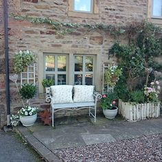 Lisa, the owner of this beautiful English country house, loves her home, the decor - My Garden Decor List Garden Cottage, Home And Garden, Porche, Front Door Design, Outdoor Living, Outdoor Decor, Outdoor Landscaping, Garden Spaces, Back Gardens