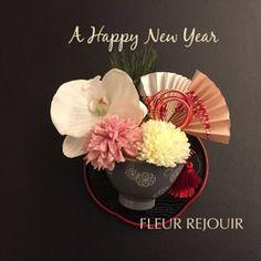 ご覧いただき、ありがとうございます。アーティフィシャルフラワー(造花)のお正月飾りです。お盆も付いております!お正月に是非、いかがでしょうか。玄関、リビングなど、どこに飾ってもとても華やかです。テーブルやカウンターにポンと置いていただくだけで、お正月の雰囲気が出ます。優雅な胡蝶蘭にホワイトとピンクのポンポンマム(菊)、松など、お正月らしいアレンジを可愛らしいお碗の中に収めました!付属のお盆を使わず�%