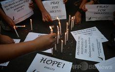 フィリピンの首都マニラ(Manila)で、消息を絶ったマレーシア航空(Malaysia Airlines)MH370便の乗客の無事を祈り、ろうそくをともす学生ら(2014年3月13日撮影)。(c)AFP/TED ALJIBE ▼14Mar2014AFP|マレーシア機の針路めぐり「新情報」、米海軍がインド洋で捜索へ http://www.afpbb.com/articles/-/3010299 #mas #mh370 #B777200 #MalaysiaAirlines #PrayForMH370