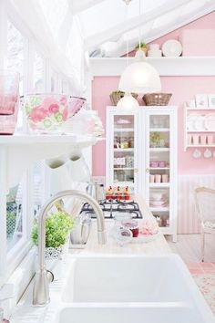 Pues eso, que me encanta el color rosa y os traigo algunas de las fotos con color rosa que mas me gustan, todas están sacadas de mi pinterest. Esta cocina ideal! me encanta! no tiene nada que ver con mi cocina actual, de lineas rectas y minimalista, en colores muy neutros, gris, topo, negro, crema… …