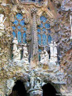 Sculpture detail and window of Sagrada Familia, Barcelona, Spain, architect Antoni Gaudi Beautiful Architecture, Beautiful Buildings, Art And Architecture, Architecture Details, Beautiful Places, Modern Buildings, Barcelona Architecture, Madrid, Antonio Gaudi