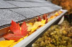 Top tips to select the best way to prevent clogged gutters with gutter guards. Here is a comprehensive list of gutter guard products that claim to prevent clogged gutters and whether the cost is worth it. Home Maintenance Checklist, Pressure Washing, Uppsala, Cleaning Hacks, Gutter Cleaning, Cleaning Solutions, Storage Solutions, Winter House, Autumn Home