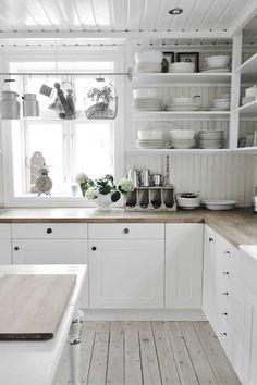 Witte keuken, houten blad. Optie wasbak helemaal links ipv voor t raam...