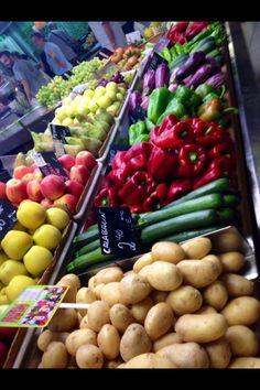 En el Mercado Central de Alicante yo vi muchas verduras y frutas. Las verduras incluyen pimientos, champinones, judias, zanahorias, lechuga y patatas.