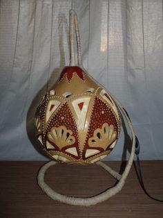 Lampe calebasse style mandala avec pied en raphia
