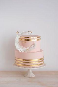 Pasteles para 15 años color oro rosa http://ideasparamisquince.com/pasteles-15-anos-color-oro-rosa/