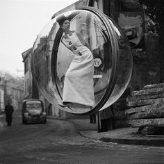Melvin Sokolsky captured his iconic Bubble series for Harper's Bazaar in Simone D'Aillencourt dons vintage fashion in various parts of Paris while a crane holds up the bubble to create the illusion of floating. Fashion Shoot, Editorial Fashion, Fashion Models, Fashion Pics, 1960s Fashion, Fashion Images, Moda Pin Up, Harper's Magazine, Harper's Bazaar