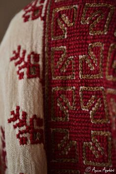 Romanian blouse - embroidery detail Folk Embroidery, Embroidery Stitches, Embroidery Designs, Floral Embroidery, Romanian Girls, Ethno Style, Palestinian Embroidery, Folk Clothing, Historical Costume