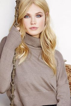 Brown Crop Sweater. Also lovin' the make-up, make her eyes pop//