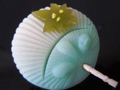 日本人のおやつ♫(^ω^) Japanese Sweets 伝統の和菓子 Wagashi 団扇型のお菓子