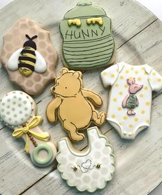 Classic Winnie the Pooh baby shower cookies are my favorite Inspiration from the royal icing queen sweetdreamsbaker cookiedecorating Classic Winnie t. Botanas Para Baby Shower, Boy Baby Shower Themes, Baby Shower Parties, Baby Boy Shower, Starbucks Cake Pops, Baby Cookies, Baby Shower Cookies, Sugar Cookies, Disney Cookies