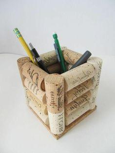 Billiges Vatertagsgeschenk que faire avec des bouchons en liège, pot à crayon en bouchons Upcycled Crafts, Cork Crafts, Diy And Crafts, Diy For Kids, Crafts For Kids, Wine Cork Wreath, Diy Crayons, Pots, Wine Cork Projects
