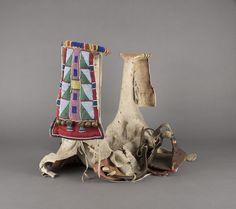 Седло, Кроу. Б. Размеры:  17 x 25 x 14 дюймов.  Период 1870-1880. The Elizabeth Cole Butler Collection. Portland Art Museum.