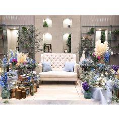 画像に含まれている可能性があるもの:リビング、テーブル、室内 Outdoor Furniture Sets, Outdoor Decor, Inspiration Wall, Sofa, Table Decorations, Mockup, Scene, Blue, Home Decor