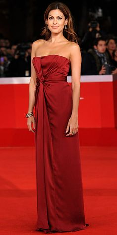 Eva Mendes always looks beautiful, especially on the red carpet