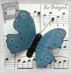 Papillon opaque bleu tendre, argent et noir. Par La Gorgone. : Décorations murales par la-gorgone