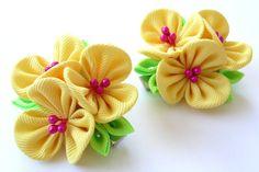 Kanzashi Stoff Blumen. Satz von 2 Haarspangen.  Gelbe Kanzashi