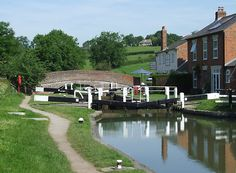 Grand Union Canal at Braunston Lock No I have spent many a happy afternoon outside the Admiral Nelson watching the word go by. Barge Boat, Canal Barge, Canal Boat, Canal Holidays, Pembroke Dock, Narrowboat, Civil Engineering, Chow Chow, Boating
