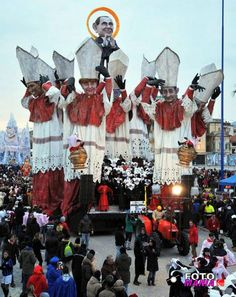 Carnevale viareggio 2012-prima categoria-Santo Subito#carnevale #viareggio - Repinned by #hoteltettuccio Montecatini Terme