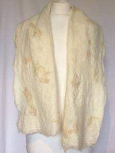 Een Handgevilte wollen sjaal shawl stola, zachte  Merinowol op zijde met wilde zijde en Wensleydale krullen. Herfst Autumn. Kerst Christmas. door SchaapenVacht op Etsy