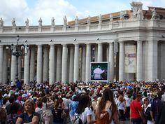 今日はローマ教皇様の謁見の日。すごい人出!世界中からクリスチャンが集まっています。