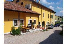 Unsere Ferienvilla am Gardasee: privater Eingang mit Terrasse und Esstisch im freien