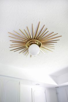 Sunburst Mirror Medallion DIY - A Beautiful Mess Need to do this! Sunburst ceiling medallion DIY (click through for tutorial) Diy Luz, Modern Light Fixtures, Vintage Light Fixtures, Deco Design, Design Design, Design Homes, Design Ideas, Light Design, Chair Design