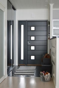 Porta de entrada moderna preta / Modern black entrance door with glass / Black entrance door / Porta de entrada preta / Puerta de entrada moderna negra / Porte d'entrée moderne noire / portes modernes Door Design Interior, Main Door Design, Wooden Door Design, Small Space Interior Design, Front Door Design, Entrance Design, Interior Design Living Room, Modern Entrance Door, Modern Front Door