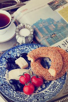 Here's a typical breakfast in Turkey.only thing missing is the cucumber! Turkish Breakfast, Savory Scones, Istanbul, Turkish Kitchen, Turkish Delight, Recipes From Heaven, Turkish Recipes, Other Recipes, Food Pictures