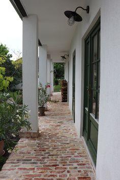 Country Backyards, Hacienda Homes, Farmhouse Garden, Small Backyard Gardens, Weekend House, Family House Plans, Brick Patios, Cottage Interiors, Facade House
