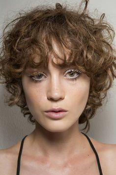 Kręcone włosy z grzywką - Modne fryzury z grzywką
