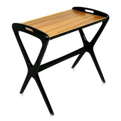 Elix Freijo - A mesa Elix pode ser utilizada como mesa lateral, como coffee table, apoio para laptop ou como bandeja. Estrutura em madeira maciça ebanizada, tampo em lamina natural de freijó. Fabricação Desmobilia.