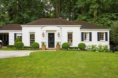 White ranch-style house with Greek and Romanesque influence with a sloping roof. White Brick Houses, White Exterior Houses, Front Door Paint Colors, Painted Front Doors, Cottage House Plans, Cottage Homes, Best Front Doors, Facade House, Exterior Design