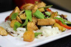 Jak zrobić Kurczaka z Kiełkami i Ananasem - Łatwy i smaczny przepis prezentowany na Video kuchni chińskiej. Idealna propozycja na oryginalny obiad lub kolację. Napisz nam jak Ci smakowało:)