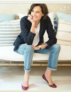 Classic parisian look. Classic outfit. Navy, white, jeans and red, wine. Ines de La Fressange. Casual, autumn, fall, summer, blazer, T shirt, black whatch.