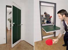 Na pierwszy rzut oka to zwyczajne drzwi pomalowane w niezbyt atrakcyjny kolor. W rzeczywistości to stół do ping ponga. ystarczy przekręcić do pozycji poziomej część oznaczoną czarną linią, tak aby zielone pole znajdowało się na górze. Później zostaje nam już tylko zamontować siatkę i złapać za paletki.