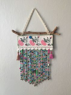 Esen Can Diy Home Crafts, Crafts To Make, Rama Seca, Boho Wall Hanging, Shabby Chic Crafts, Beaded Curtains, Handmade Decorations, Nursery Wall Art, Paper Flowers