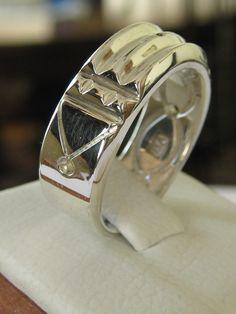 SOLO POR ENCARGO  Este anillo tiene un nombre y significado especial que no recuerdo, hace poco una compañera de taller elaboro uno en plata.