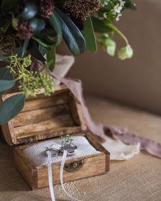 Маленькие детали играют пожалуй самое важное значение на свадьбе. Согласитесь свадебные кольца и букет невесты - главные атрибуты торжества. И к их выбору стоит подходить особо тщательно.   Примером выдержанности и элегантности служат свадебные атрибуты нашей пары - Андрея и Ани.  фото: @makoveckiy   флористика: @flowers_cafe   #love #instagood #happy #instamood #art #instagram #beauty #photo #party #instalove #flowers #wedding #happiness #colorful #forever #loveyou #стиль #instahappy…