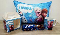Um lindo kit Frozen para presentear quem você mais gosta, esse kit é composto por uma linda caneca de cerâmica com alto brilho com o tema do filme Frozen, acompanha caixinha personalizada com o mesmo tema da caneca, além de uma linda e macia almofada com o mesmo tema e mais uma caixa de Bis. <br>Dimensões da almofada: 35cm de comprimento por 25cm de altura. <br>Whatsapp: 15 981600601