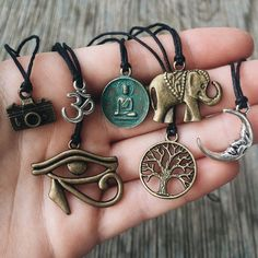 He encontrado este interesante anuncio de Etsy en https://www.etsy.com/mx/listing/238286508/bohemian-charm-necklaces-on-black