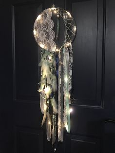 New Ideas Diy Dream Catcher Lace Beautiful Dream Catcher Craft, Dream Catcher Mobile, Dream Catcher Boho, Lace Dream Catchers, Diy And Crafts, Arts And Crafts, Doilies Crafts, Creation Deco, Deco Floral