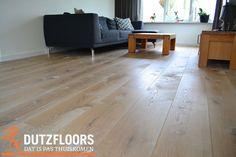 Rustieke en wit geschaafde houten vloer.