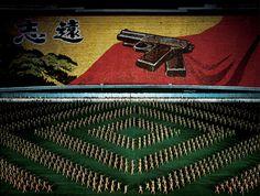 Andreas Gursky - Pyongyang II, Diptychon, 2007 https://twitter.com/suZukiatSufmi/status/378785972948713473