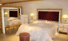 Beyaz sedef ve siyah inci uygulamaları yapılan klasik yatak odası takımı, ağır oymalardan çok altın varak ile ön plana çıkarıldı.  http://www.asortie.com/yatak-odasi-138-Milano-Klasik-Yatak-Odasi
