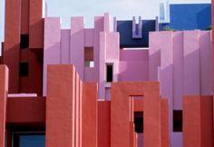 Zeer kleurrijk appartementencomplex in Spanje: La Muralla Roja (de rode muur)
