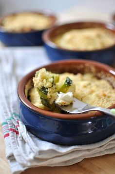 Crumble courgette & fromage de chèvre        délicieux !! Vegetarian Recipes, Healthy Recipes, Healthy Food, Low Carb Diet, Bon Appetit, Food Inspiration, Entrees, Yummy Food, Nutrition