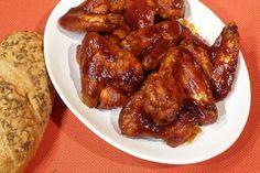 Kuřecí křídla opláchneme a oddělíme jejich špičky. Dáme do mísy a posypeme směsí mouky a škrobu. Dobře protřepeme, aby směs mouky dobře obalila... Grill Oven, Chicken Wings, Grilling, Buffalo, Food And Drink, Treats, Cooking, Health, Ali