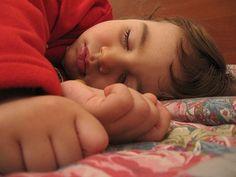 ¿Cómo podemos dormir y descansar mejor? Dormir al menos 7 u 8 horas diarias se antoja muy importante para obtener el descanso que realmente nos merecemos.
