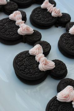 -- How cute are these? Oreo Minnie Mouse - Party Minnie Mouse birthday food and decorations ideas Cute Desserts, Dessert Recipes, Disney Desserts, Disney Food, Dessert Food, Delicious Desserts, Cute Food, Yummy Food, Comida Disney